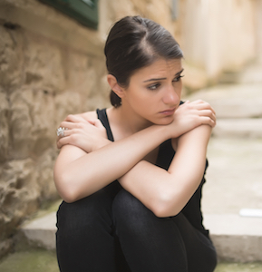 kvinde med selvdestruktiv adfærd sidder fast i sine negative tanker, som har dårlig indflydelse på hendes selvværd og selvtillid