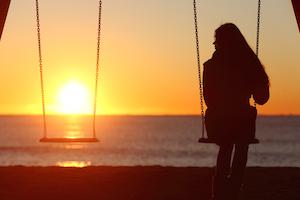 Kvinde sørger efter at have mistet et nært familiemedlem. Tabbet af den tætte relation giver hende lyst til at sidde alene og nyde solnedgangen