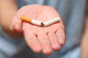 Tidligere ryger holder en knækket cigaret i hånden for at bevise at han er igang med at blive røgfri