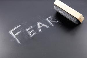 Med eksponeringsterapi har man ligesom på billedet mulighed for at slippe af med angsten og vaske tavlen ren.