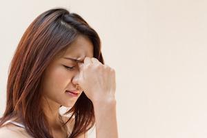 Kvinde med kroniske smerter bider smerten i sig og bruger sine øvelser omkring smertehåndtering som hun har fået gennem terapi