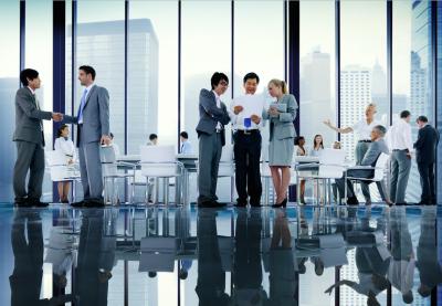 Et vellykket forretningsmøde er overstået og der gives håndtryk og debateres nye strategier og muligheder