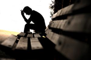 mistrivende mand sidder klemt i sine følelser og stresser over sin tilværelse i familielivet