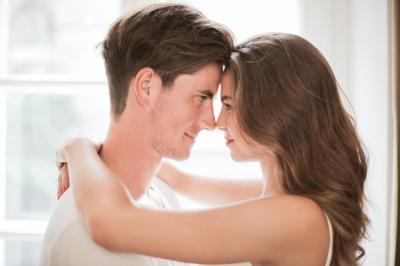 par der ser hinanden i øjnene og føler kærligheden
