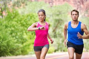 Sportskvinde og mand er ude og løbe for at forbedre sit mentale helbred og sit daglige overskud
